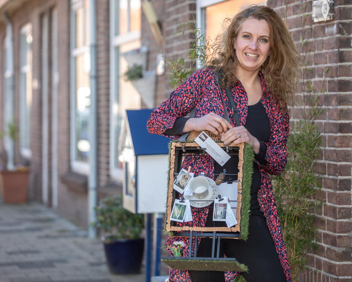 Corinne Tijsseling met haar mini-museum. Ze gaat in april de straat op in de Zwolse wijk Wipstrik. Ze wil achterhalen wat 'wijkbewoners op leeftijd' zoal bezig houdt.