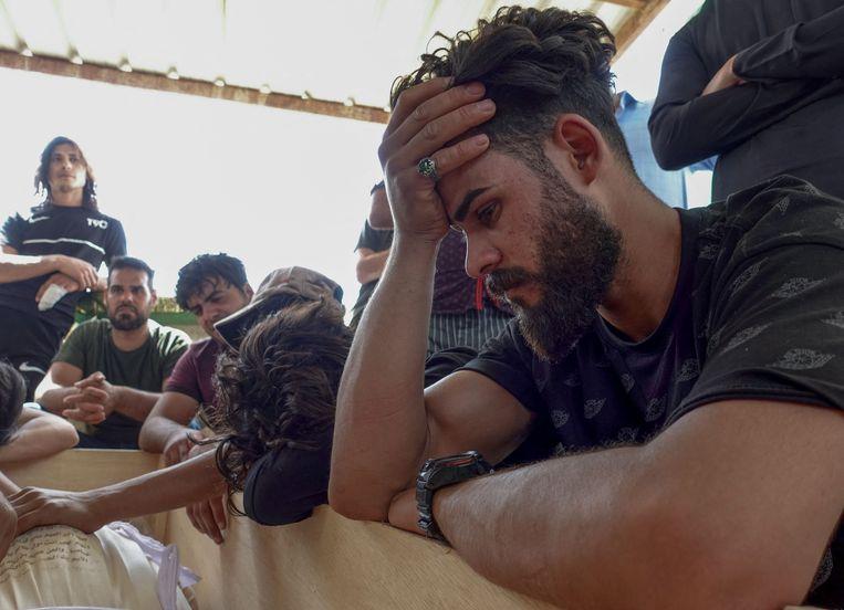 Irakezen rouwen om familieleden die zijn omgekomen tijdens een brand in een ziekenhuis in de hoofdstad Bagdad. Beeld AFP
