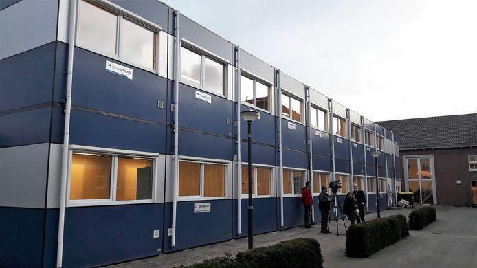 De tijdelijke units op het schoolplein bij de Sancta Maria Mavo in Den Bosch. Hier wordt een half jaar lang lesgegeven zodat het hoofdgebouw grondig gerenoveerd en verbouwd kan worden.