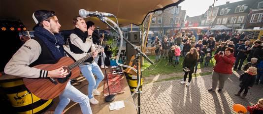 De Schijndelse band Baby Blue trad op tijdens een eerdere Launchparty van Paaspop op de Markt van Schijndel.