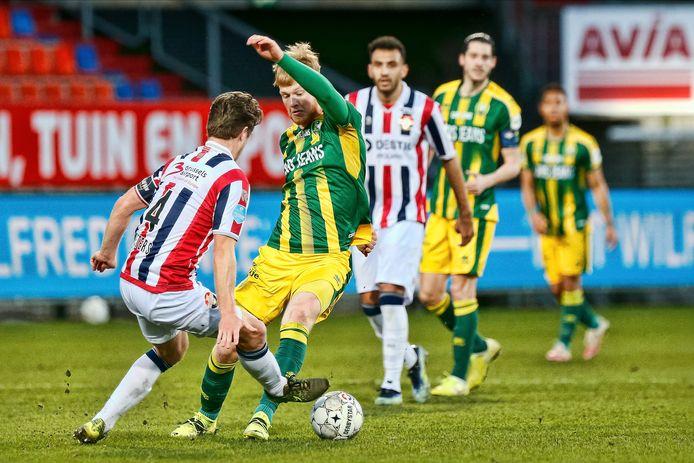 Hier kreeg Jordens Peters zijn tweede gele kaart voor. Volgens scheidsrechter Mulder ging de Willem II-verdediger met twee benen naar de bal.