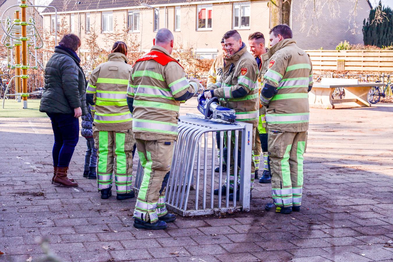 De brandweer bevrijdde de knie van het meisje met behulp van een spreider.