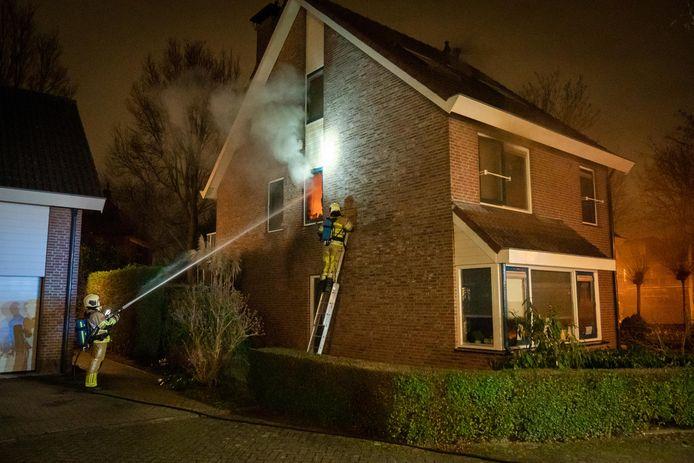 De brandweer tukte eerst een ruitje in en kon toen gaan blussen.