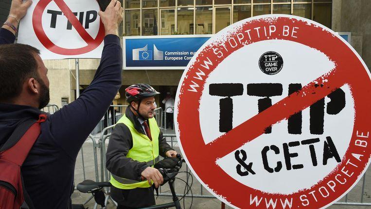 Activisten demonstreren tegen TTIP en CETA voor het gebouw van de Europese Commissie in Brussel. Beeld null