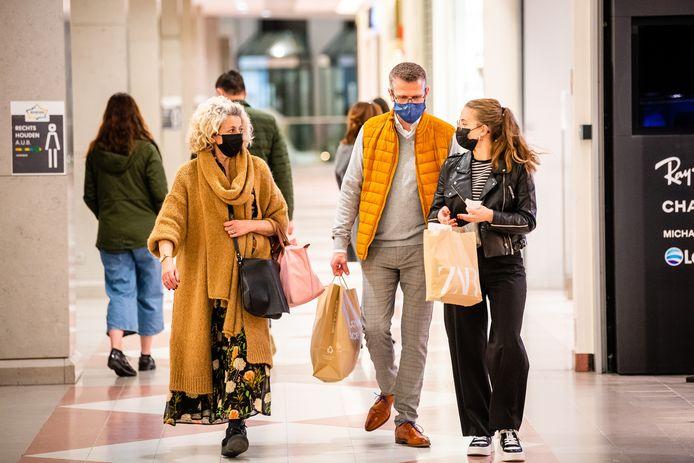 Enkele winkelende mensen in het Wijnegem Shopping Center.