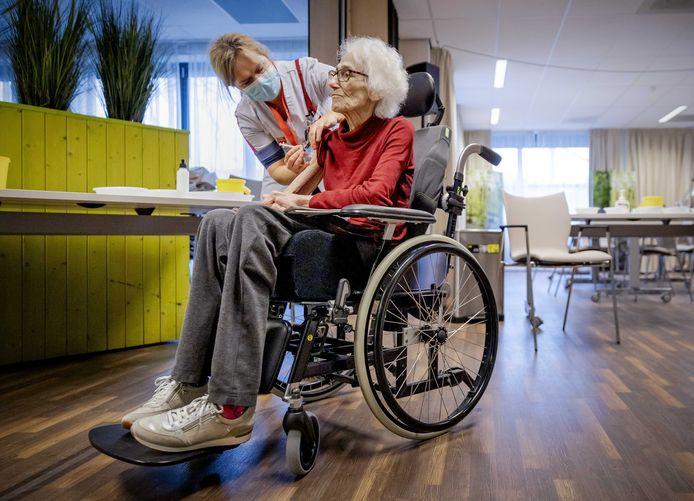 Een bewoonster in een woon-zorgcentrum wordt gevaccineerd.