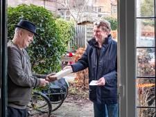Hans de Sain bezorgt boeken aan huis op een vijftig jaar oude herenfiets: 'Kom ik eens bij de mensen aan de deur, in plaats van andersom'