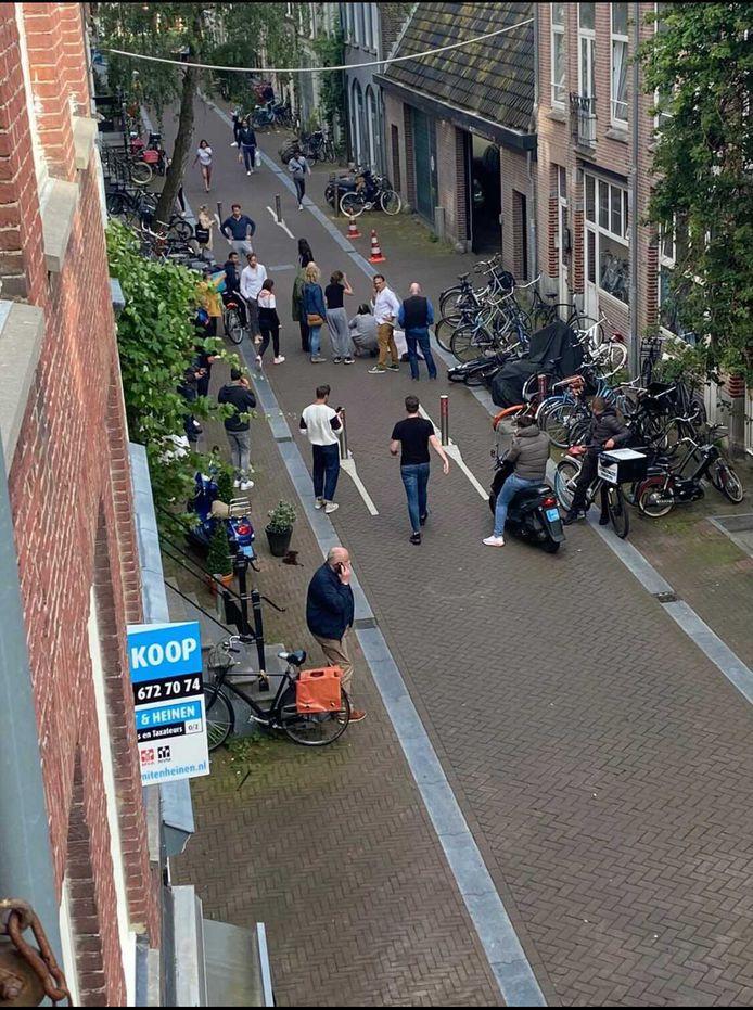 6 juli 2021: luttele momenten na de aanslag op  Peter R. de Vries in de Amsterdamse Lange Leidsedwarsstraat.  Omstanders ontfermen zich over de neergeschoten misdaadverslaggever.