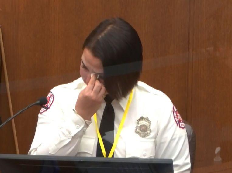 Brandweervrouw Genevieve Hansen veegt haar tranen weg tijdens haar getuigenis.  Beeld AP