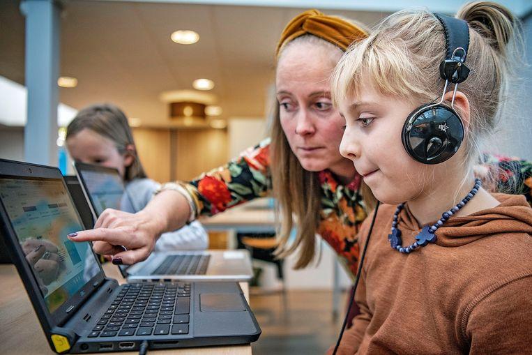 Leerlingen krijgen computerles van een gespecialiseerde onderwijzeres.  Beeld Guus Dubbelman / de Volkskrant