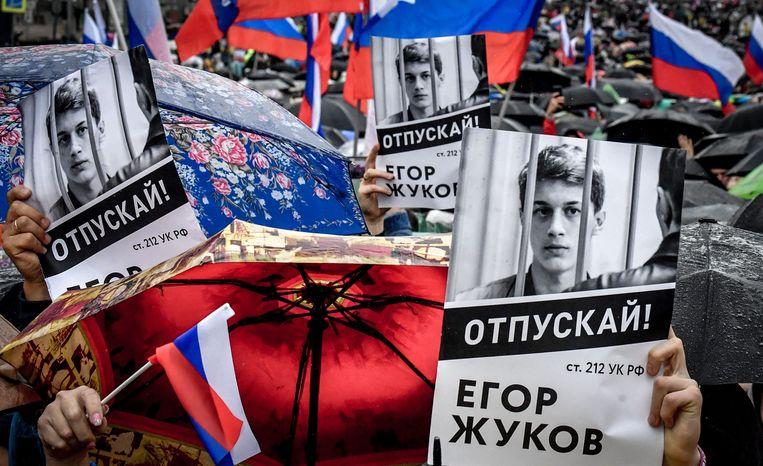 Betogers houden poster omhoog met de tekst 'Laat Jegor Zjoekov vrij', tijdens een demonstratie in Moskou.  Beeld AFP