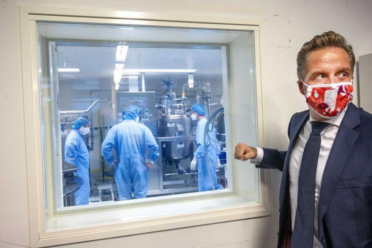 Minister Hugo de Jonge (Volksgezondheid, Welzijn en Sport) bezoekt de plasmafabriek van Sanquin. Beeld ANP