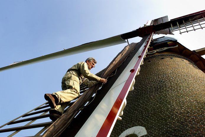 De Oisterwijkse molenaar Hub van Erve klimt in de wieken van de Kerkhovense molen