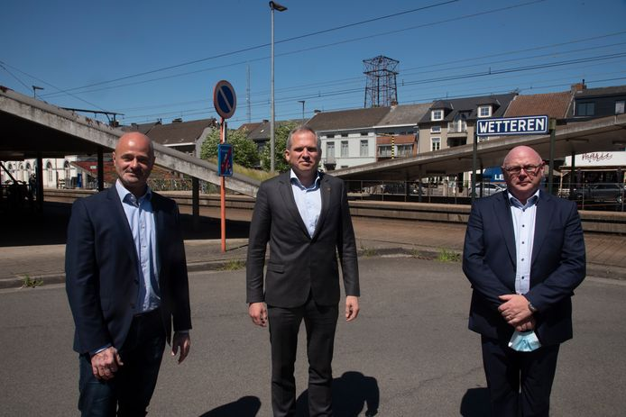Matthias Diependale met schepen Dietbrand Van Durme en burgemeester Alain Pardaen aan de rampplek.
