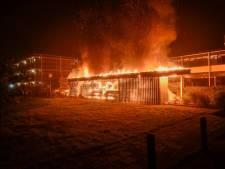 Zes auto's in vlammen op bij verzorgingstehuis in Vriezenveen; politie vermoedt brandstichting