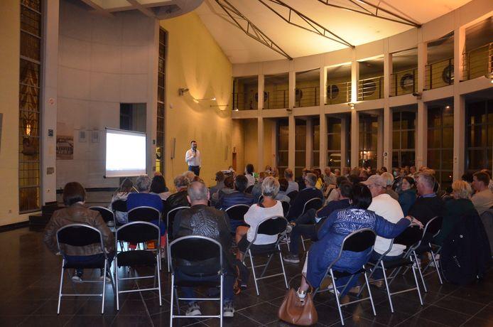 De infovergadering van de stad Ninove in buurthuis Berdam in Ninove over de mogelijke komst van een bedrijvenpark met kmo-units in de Hazeleerstraat in Okegem. De architect geeft uitleg over het geplande project.