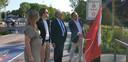 Schepen voor mobiliteit Koen Kennis, districtsburgemeester Luc Bungeneers, gemeenteraadslid Nathalie Van Baren en districtsschepen Jari Frensch bij het eerste bord in de Speelpleinstraat.