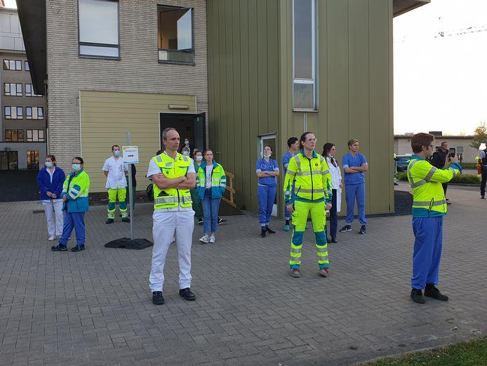 Hulp- en ordediensten brengen hulde aan de ingang van AZ Turnhout, campus Sint-Elisabeth.