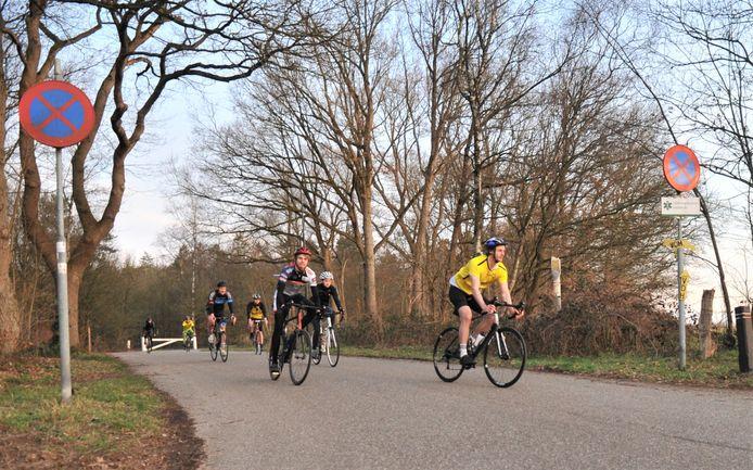 Lieven de Zwart (vooraan) en Lennart Fuchs (achterin) gaan samen met enkele ploeggenoten op weg naar de eerste halte in hun 230 kilometer lange tocht.