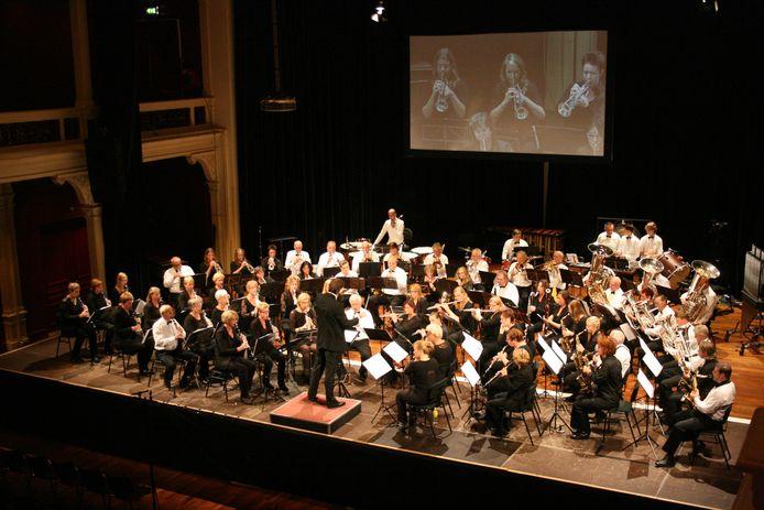 Muziekverenigingen Concordia Eefde en Kunstmin Gorssel treden op in de Buitensociëteit van De Hanzehof in Zutphen in betere tijden.
