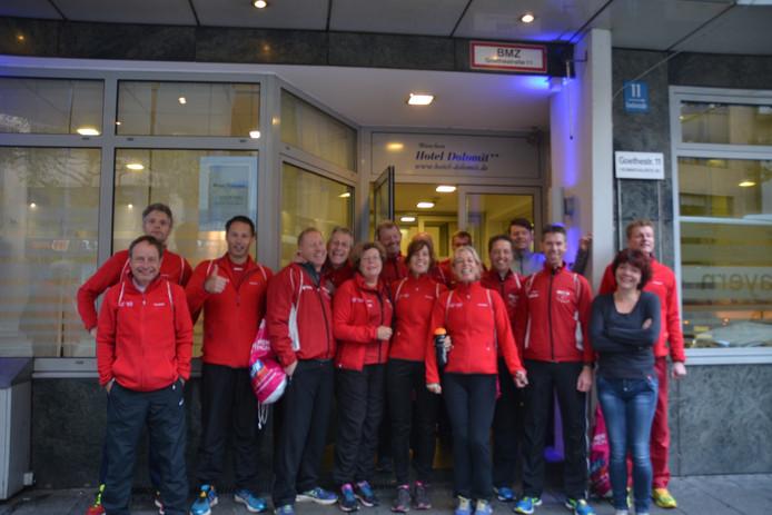 De leden van de Ootmarsumse Lopers Club voor hun hotel in München. Foto: Ben Graven.