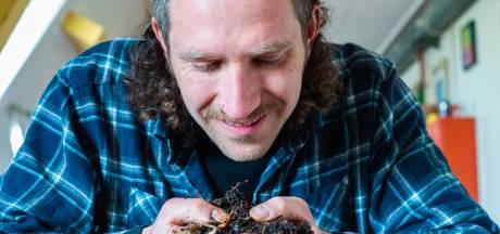 Jamie (30) heeft duizenden wormen in huis om de wereld te redden: 'Soms ontsnappen ze'