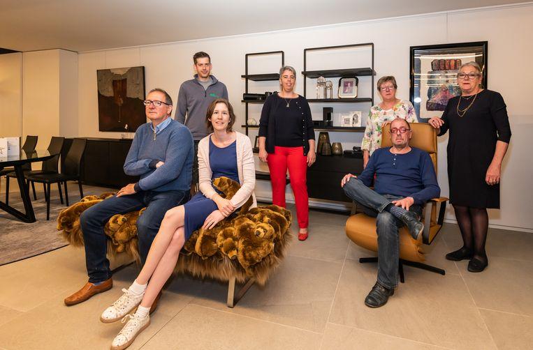 Adolf, Ravi, Jana, Ellen, Mimi, Jo en Eva runnen samen het honderdjarig familiebedrijf.