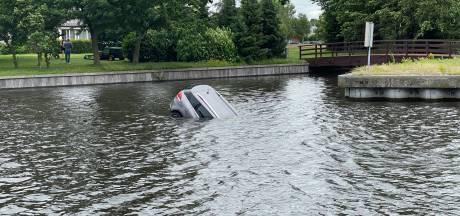 Oeps! Auto rolt zo in het water in Nijkerk