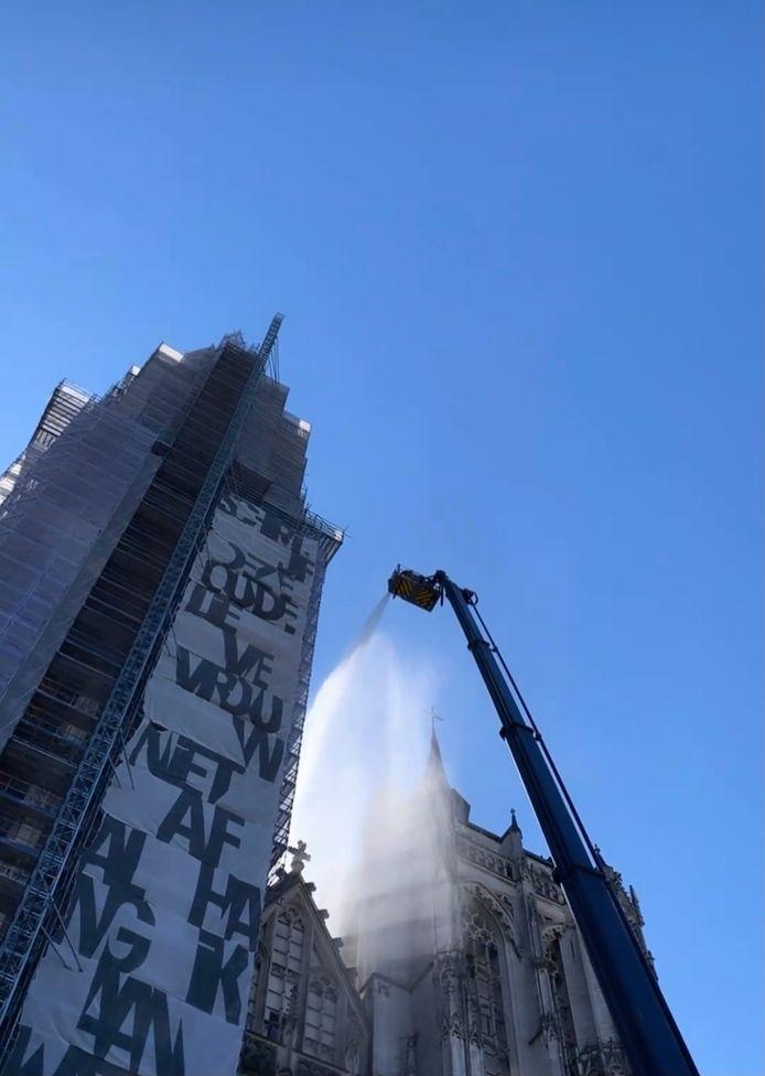 De Brandweer Zone Antwerpen hield zondagvoormiddag een brandweeroefening aan de kathedraal van Antwerpen. Er werd ook geoefend op het aanleggen van een grootwatertransport van op de kaaien tot aan de kathedraal.