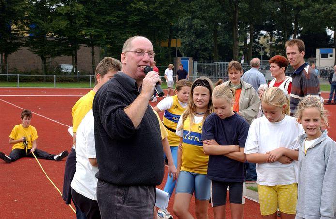 Regiosport: Peter Monsieurs uit Waalwijk, regiocoordinator jeugdatletiek, in aktie bij ateletiekvereniging Attila te Tilburg