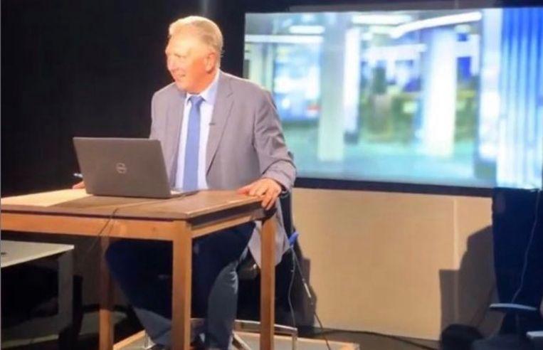 Dany Verstraeten werd in allerijl opgeroepen om het VTM Nieuws te presenteren. Het leverde historische beelden op van de ervaren nieuwsanker aan een eenvoudige tafel met een laptop. Beeld Stijn Vlaeminck
