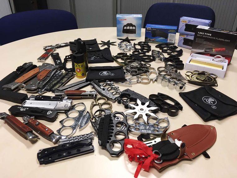 Er werden meerdere boksbeugels, messen en stroomstootwapens gevonden.