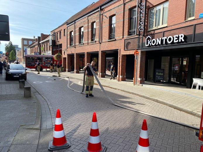 De Korte Gasthuisstraat werd afgesloten om de brandweer te kunnen laten blussen.