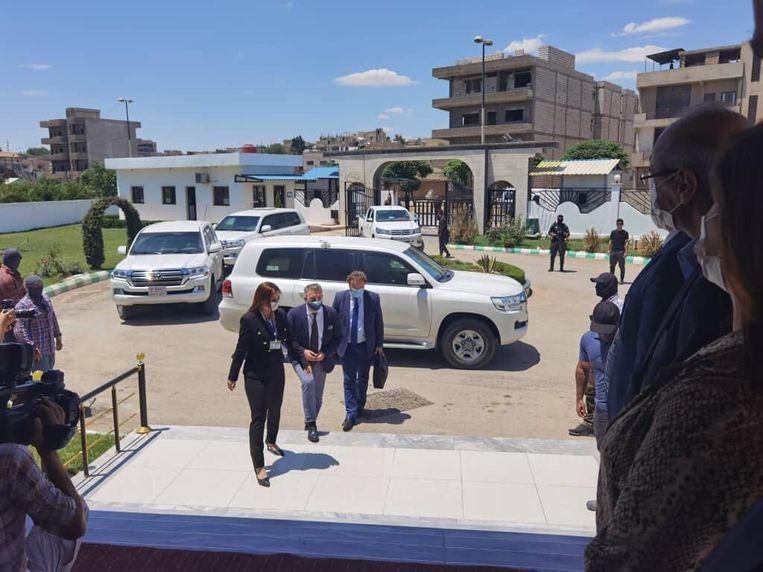 De Nederlandse delegatie komt aan in de Syrische grensstad Qamishli. Beeld de Volkskrant