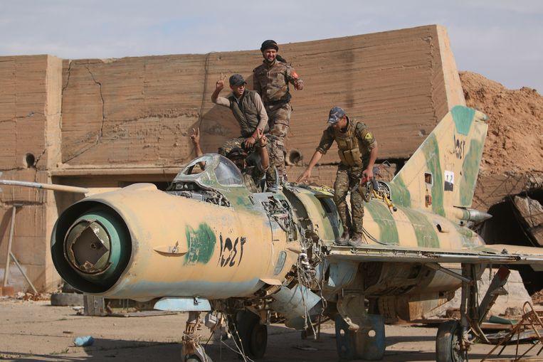 Soldaten van de rebellencoalitie SDF, gesteund door de VS, veroverden dit weekend het vliegveld Tabqa op IS. Beeld REUTERS