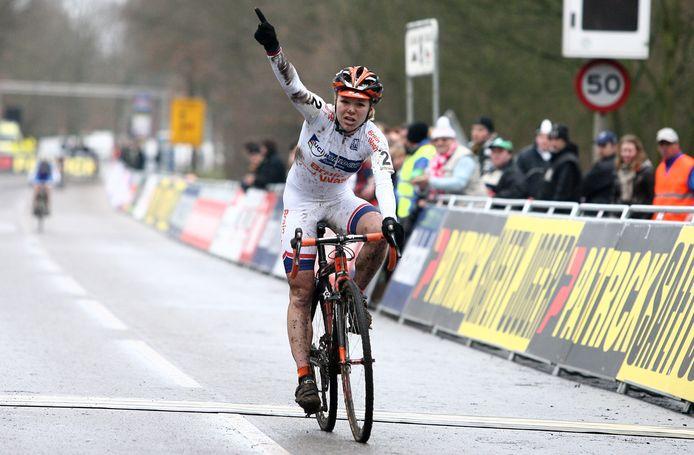 Sanne van Paassen komt als vierde over de streep in Hoogerheide. Het was genoeg de eindoverwinning van de strijd om de wereldbeker zeker te stellen.