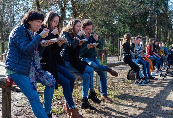 In deze tijd zijn mensen inventief. Een terras met stoelen en tafeltjes is geen noodzaak. Ook op een dwarsbalk smaakt het eten to go prima. Zoals bij de familie Tas die zichzelf hebben getrakteerd bij De Ossenstal.