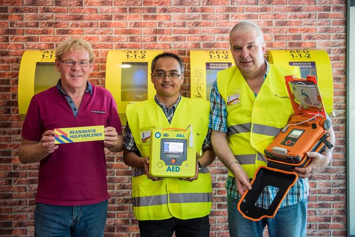 Henk Poort (rechts) met Herman Strijker en Edwin de Jong van stichting Hart Safe Twente.