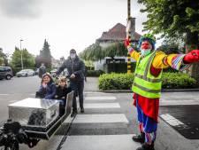 """Vrouw (55) veroordeeld, omdat ze instructies van verkeersclown Fieto negeerde: """"Zelfs een gemachtigd opzichter verkleed als clown moet je serieus nemen"""""""
