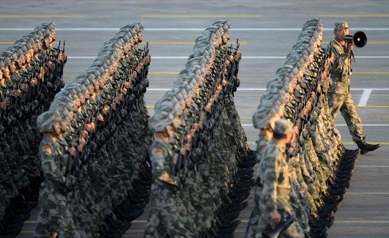 An officer (R) gives instructions as People's Liberation Army (PLA) soldiers march in formation on the Tiananmen Square during a rehearsal ahead of a military parade to mark the 70th anniversary of the end of World War Two, in Beijing, China, September 3, 2015. REUTERS/Stringer CHINA OUT. NO COMMERCIAL OR EDITORIAL SALES IN CHINA Beeld null