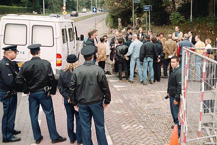 Rechters, raadslieden en verdachten van de Arnhemse Villamoord worden tijdens de rechtszaak in 1999 rondgeleid langs de plaats van het delict aan de Apeldoornseweg.