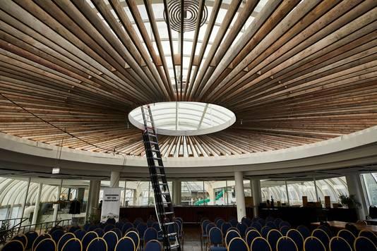 Het oude draaiende restaurant heeft een fraai nieuw houten plafond gekregen.