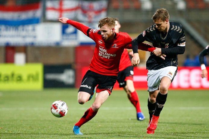 Givan Werkhoven (l) namens Helmond Sport in duel met Jeroen Veldmate van Go Ahead Eagles