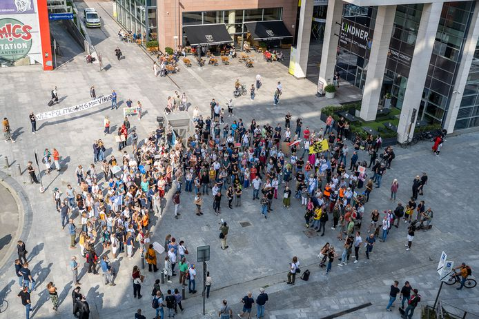 """Love, freedom and democracy.""""  About 250 demonstrations – a striking number of Dutch people in the mixed bag – scanned the slogan on Saturday afternoon on the Mediaplein, where DPG Media, the publisher of Het Laatste Nieuws, among others, is located."""