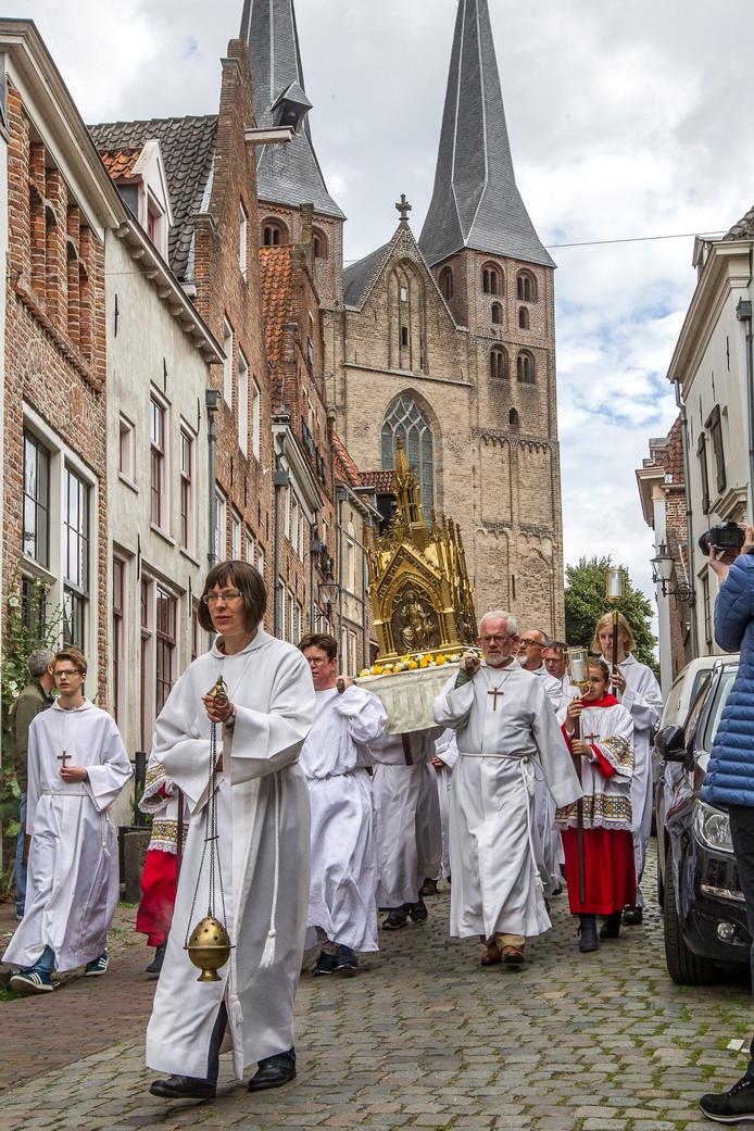 De processie trekt door de Deventer binnenstad.