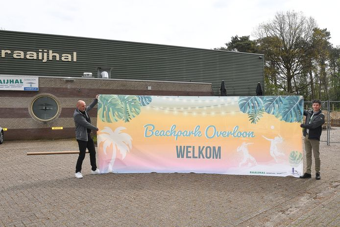 Harold Goemans (links), beheerder van de Raaijhal in Overloon, heeft met volleybalvereniging Sportivo een beachpark aangelegd bij de sporthal. Ron Vloet van Sportivo is blij met het gezamenlijke initiatief.