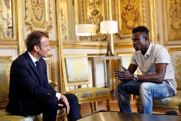Mamoudou Gassama (r.) ontmoet de Franse president Emmanuel Macron (l.). Beeld REUTERS