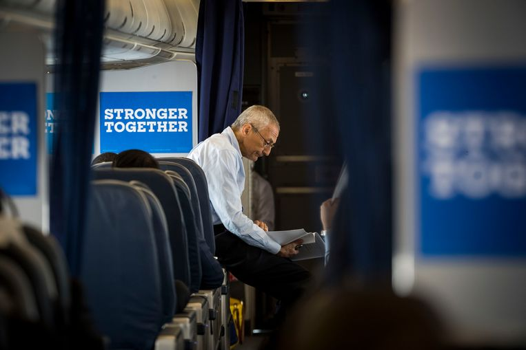John Podesta, Hillary Clinton's campaign chairman, on board Clinton's campaign plane en route to Raleigh, N.C., Sept. 27, 2016. A phishing email that tricked one of Podesta's aides gave Russian hackers access to 60,000 of his emails; they would be released by WikiLeaks day after day over the last month of the campaign.  Beeld Doug Mills/The New York Times