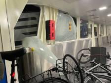 Vier gewonden door aanvaring pont en binnenvaartschip in Amsterdam