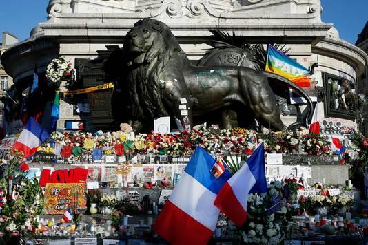 Bloemen en Franse vlaggen op het Place de la République in Parijs.
